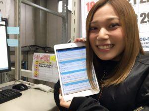 タブレットでチェックリストを使っている女性