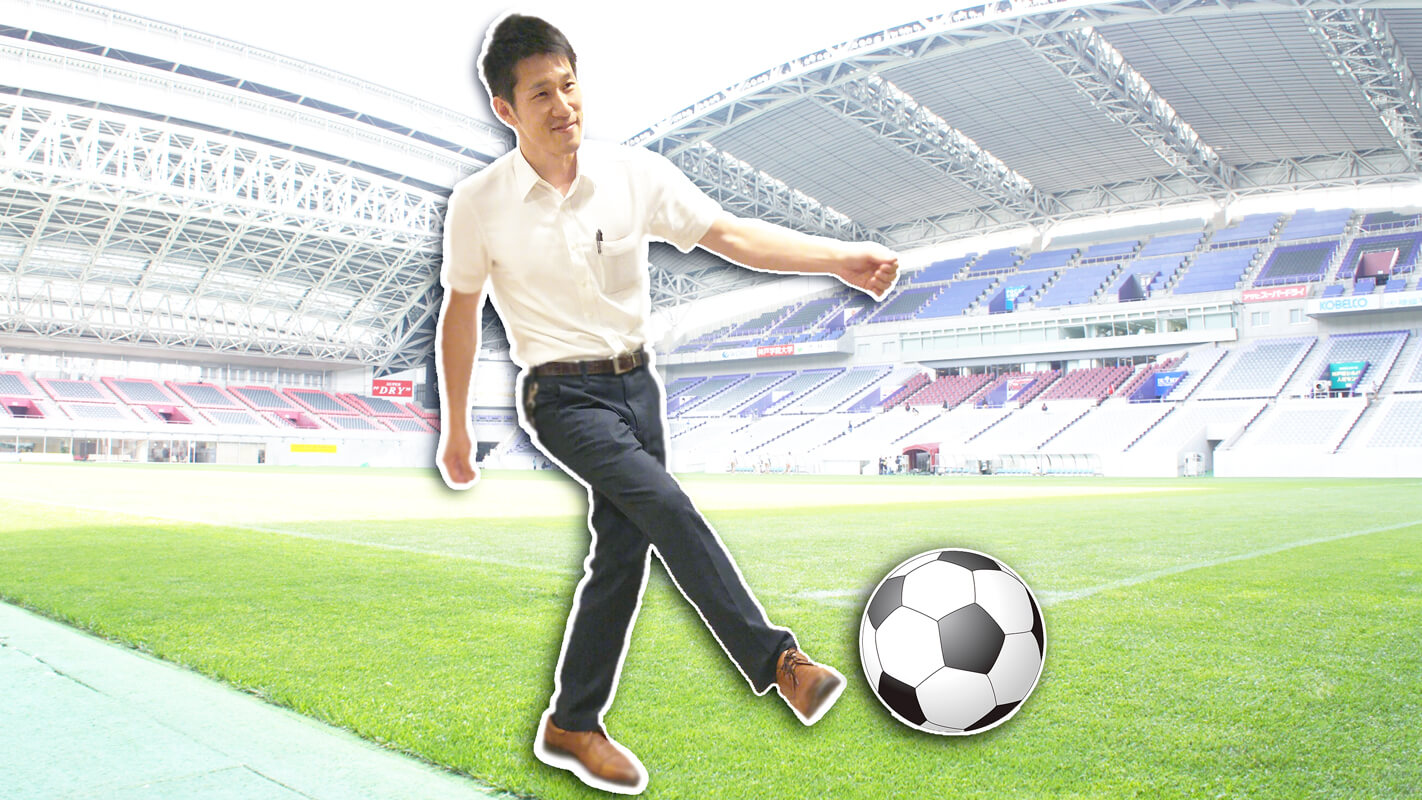 サッカーボールを蹴っている青年